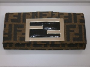 FENDI 2つ折長財布(8M0251) 大和町のお客さまから買取させていただきました。貴金属・ダイヤモンド付製品、ブランドバック・ブランド腕時計買取専門店 ザ・ゴールド泉インター店(宮城県仙台市泉区) 宮城県仙台市にあるザ・ゴールド 泉インター店の画像2